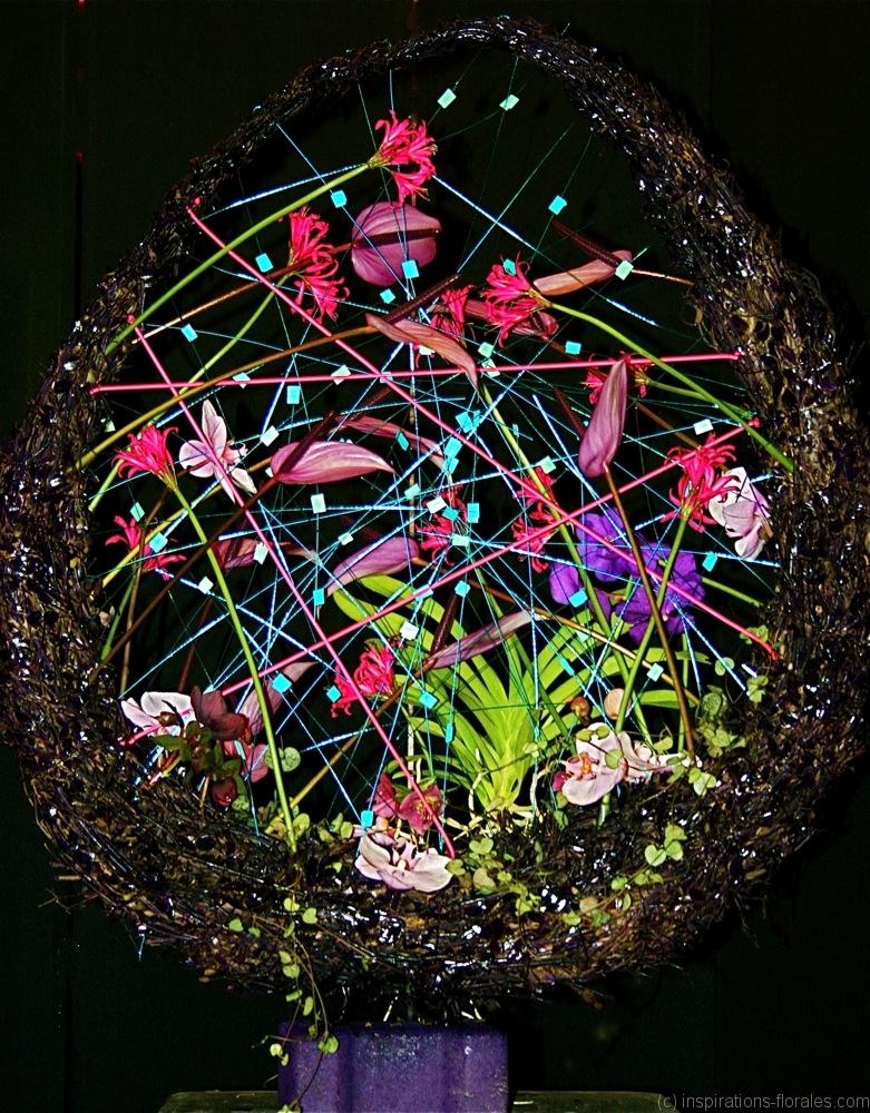 Grande composition feu d'artifice de couleurs éclatantes associant végétaux et accessoires métalliques.