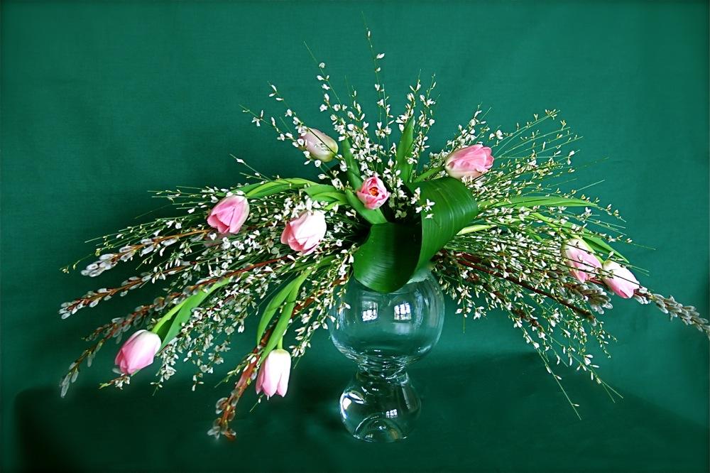 Branches de saule secca,genet blanc et petites tulipes roses.