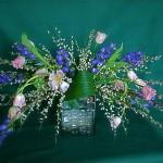 Jaillissement de couleurs de printemps sur vase en verre opaque.