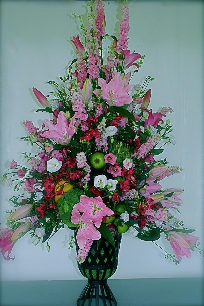 Grand bouquet de fleurs, pommes dans un vase medicis.