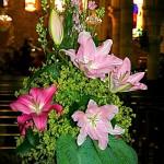 Pour l'église, liliums et pieds d'alouette roses, alchemille et feuilles d'hostas.