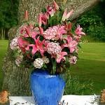 Bouquet improvisé pour un buffet en plein air.
