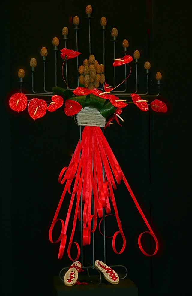 Danseuse basque habillée d'anthuriums rouges et pommes de cèdre.