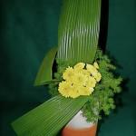Chrysanthèmes jaunes et jeu simplifié de feuilles pour ce bouquet d'un premier cours d'art floral.