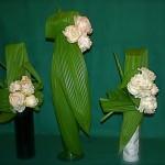 Les 3 bouquets sont composés de 3 feuilles et de pivoines blanches.