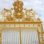 Grille du château de Versailles avec la fleur royale : iris ou lys ?