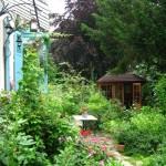 L'atelier est installé dans une maisonnette en bois.