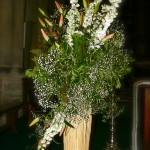 Bouquets dans des fagots d'osier de chaque côté de l'autel.