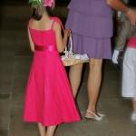 Robes roses pour les petites filles et ceintures roses pour les garçons du cortège.