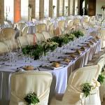 Autour de la table d'honneur,dans deux salles de l'abbaye 400 couverts dressés pour le dîner.