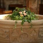 La cuve baptismale décorée d'une corbeille de lierre qui  est un symbole d'amour éternel et de fidélité.