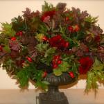 Bouquet boule: baies, fruits sauvages, feuillages et fleurs en petite quantité : dahlias et sedum.