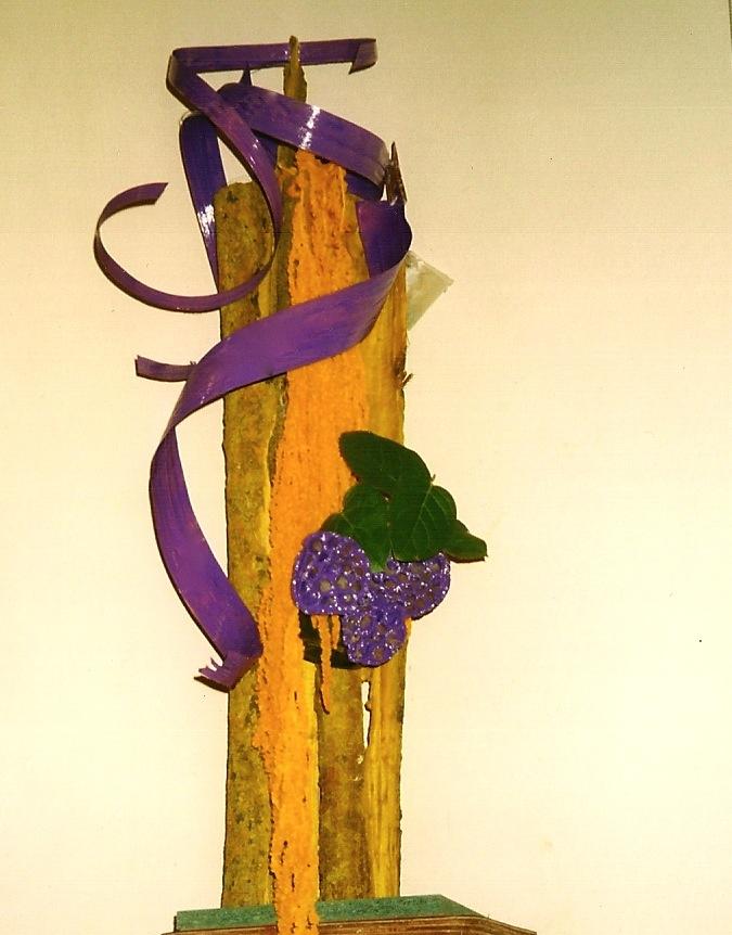 Calligraphie en violet et jaune également pour l'église de Ville d'Avray : rubans de pandanus et fruits de lotus peints en violet sur écorce teintée en jaune.
