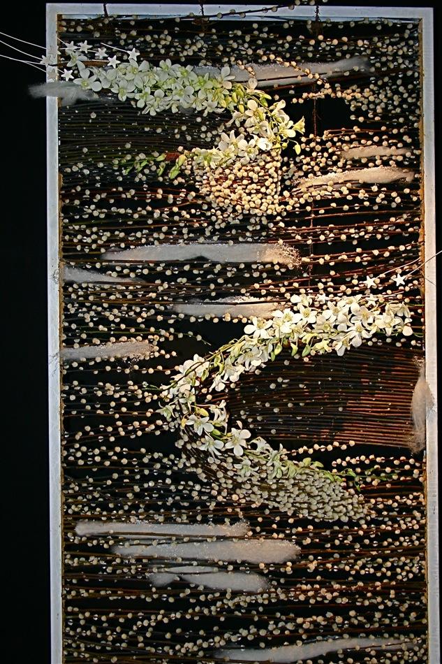 Grand tableau tissage de branches de chatons de saule, coton et petites orchidées blanches . Jeux de Fleurs, Bourg en Bresse.