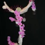 Grand mobile couleur de neige, phalaenopsis rose et spirales de fil à bonsaï. A.A.F.M., Rueil-Malmaison.