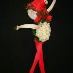 Jeux de rotin naturel et rouge et masse de roses blanches. M.G. Fleurs et Créations, Revel.