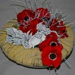 Anémones, renoncules rouges, couronne recouverte de neige et jeu de branches de myrtillier peint.