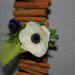 Les fleurs  doivent être réparties de façon harmonieuse sur la guirlande. Le fil bouillon apporte brillance et légèreté à l'ensemble