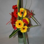 Des gerberas aux couleurs éclatantes pour le bouquet. Serpentins et pailles pour la fête .