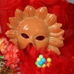 Accessoires de carnaval plumes et masques. Pas de carnaval sans boulettes, serpentins  ou confettis...