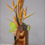 Bouquet exotique de cosses d'arbres et héliconias, fruits de lotus et feuilles de pothos vert acide.