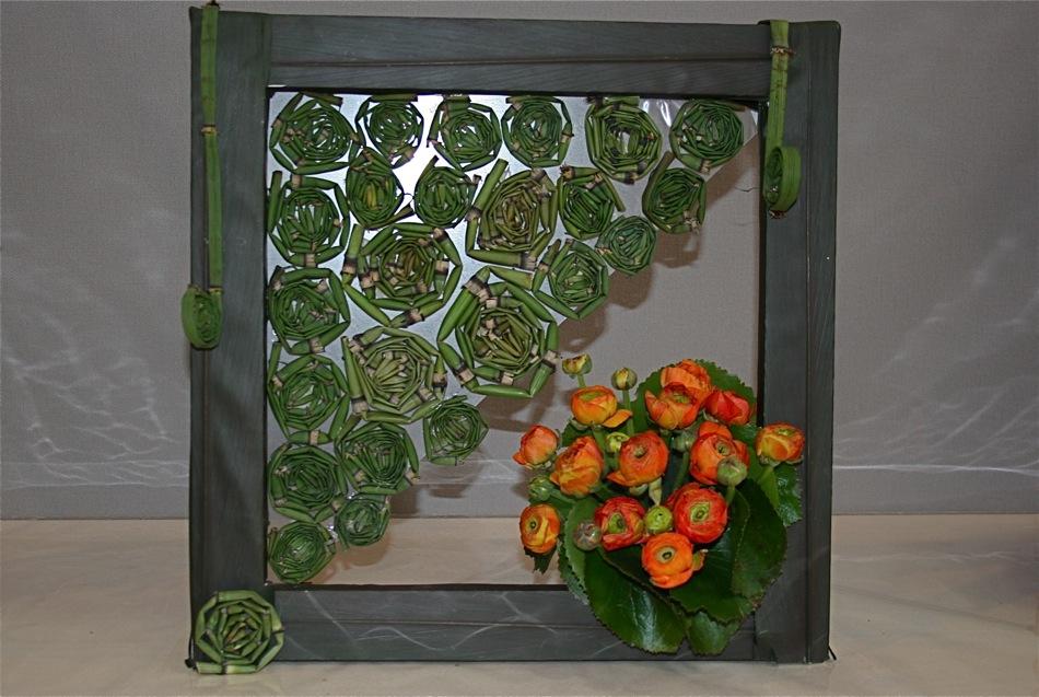Tableau de prêles (equisetum hyemale) enroulées et bouquet de renoncules.