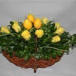 Roses jaunes et bougies en forme d'oeufs.