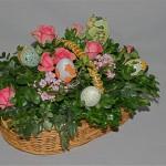 Roses, bouvardias et oeufs de Pâques multicolores.
