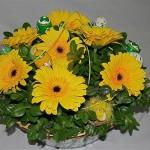 Les gerberas jaunes sont associés aux traditionnels oeufs peints.