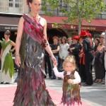 Robes en feuilles de Cordyline. Grandes feuilles pour la taile et les hanches, plus petites et plus colorées pour haut et bas de la robe.