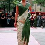 Cette robe est faite avec 650 feuilles d'Eleagnus collées à l'envers.Les feuilles de Curculigo finissent la décoration.