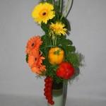 Bouquet de gerberas et poivrons aux couleurs estivales.