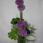 Alliums et aubergines: les feuilles d'aralia ont été découpées pour une meilleure tenue.