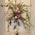 Composition romantique en rose et blanc évoquant la musique de Chopin. Roses, lisianthus et branches de lierre