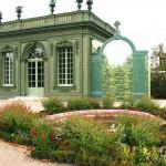 Le Salon Frais, 2ème pavillon du Jardin français. Il servait de salle à manger pour consommer les produits de la laiterie et des potagers. Détruit en 1810, il a été reconstruit en 1980, sur les fondations qui restaient. Il attend depuis le rétablissement de sa parure de treillage, de ses parterres et de ses bassins.