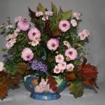 L'automne en fleurs roses assorties au décor du contenant. Chrysanthèmes, dahlias et aster.