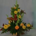Dahlias pompon jaunes et glaïeuls blancs à peine épanouis,coloquinte. Le choix de fleurs est vaste en automne.