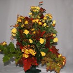 Chêne d'Amérique chrysanthèmes et roses jaunes pour un festival d'automne.