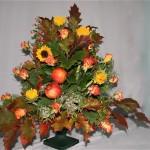 Chêne, soleils et roses sont complétés par des végétaux de jardins et des pommes pour le coeur du bouquet.