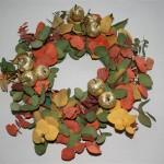 Les pommes dorées et pailletées apportent un style baroque à la couronne.