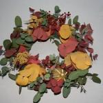 Des baies, des fleurs et un citron sèchés rappellent les couleurs du feuillage.