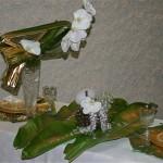 Idée de décor exotique de Nöel : feuilles de bananier et fleurons de Phalaenopsis