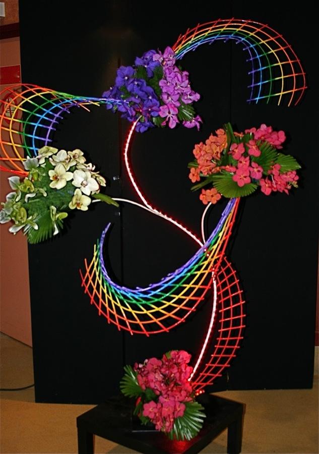Les orchidées Vanda interprètent la gamme de couleurs sur une structure en osier; Maryvonne Douillard.