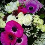 Gros bouquet composé de masses de fleurs blanches et d'anémones.