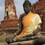 Le Bouddha a recommandé la teinture des étoffes en safran . Ruines d'un temple à  Ayuthaya, ancienne capitale royale de Thaïlande