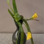 Mêmes végétaux, élégant travail de feuilles sur un vase pichet.
