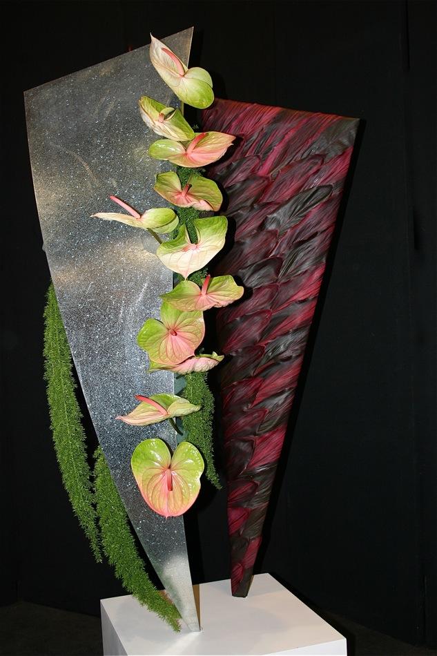 Sculpture : l'un des panneaux est recouvert de feuilles de Cordyline, Anthuriums et Asparagus meyerii.