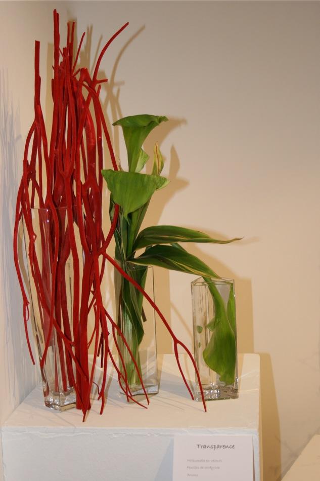 Trois vases en verre, Mitsumata rouges et arums. Exposition Sogetsu avril 2010 Paris 4ème.