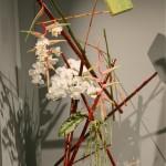 Hong Kong. Pyramide de bambous rouges et verts,orchidées Phalaenopsis,Héliconias et quelques Amarantes queue de renard..