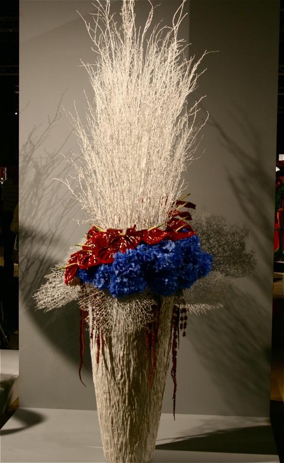 Corée. Bouquet aux couleurs de son drapeau: fond blanc pour la paix et la pureté.Rouge et bleu le yin-yang.
